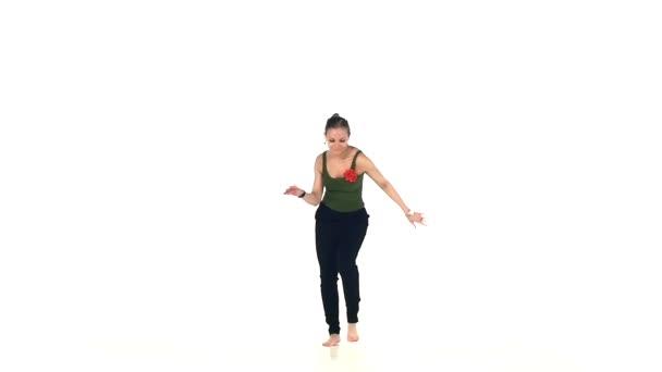Talanted, Evropská dáma tancující společenský latinský tanec, pomalý pohyb