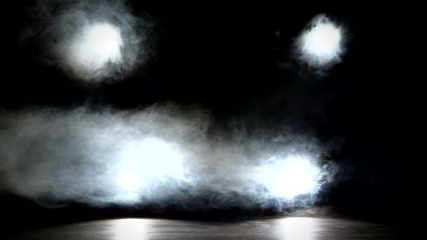 Színpad fények egy konzolon, füst
