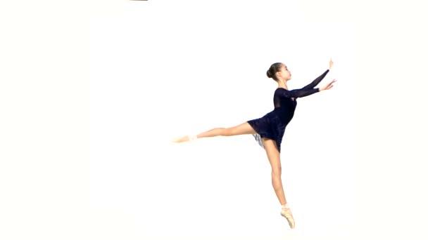 Balletttänzer im schwarzen Kleid isoliert auf weißem Grund