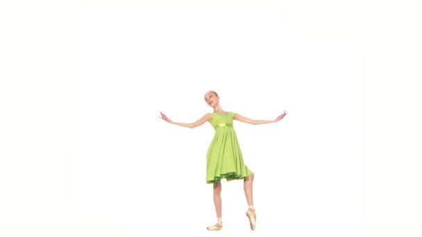 Kleine Balletttänzerin isoliert auf weißem Hintergrund