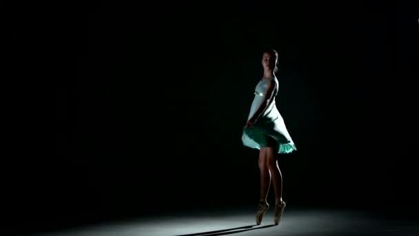 kleine Ballerina posiert auf schwarz