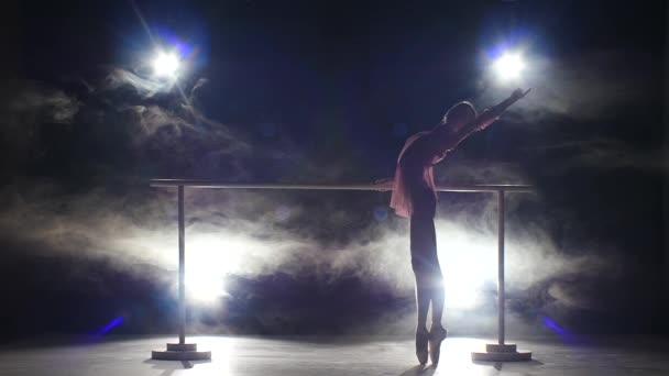 balerina táncos közelében Barré. Füst