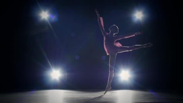 Elegantní baleríny stojící na prsty ohýbání zad