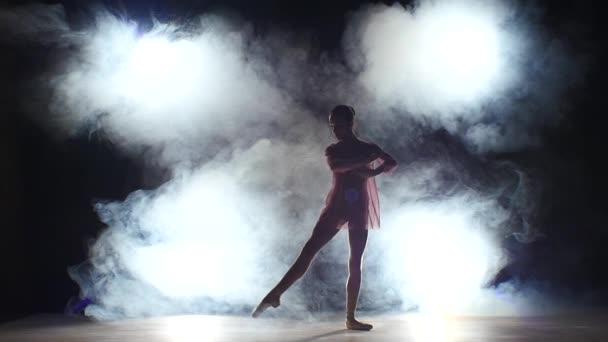 krásná baletní tanečnice ve studiu, kouř. Silueta. Zpomaleně