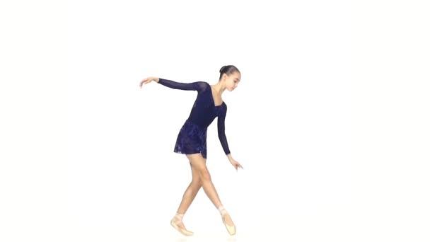 Balletttänzer isoliert auf weißem Hintergrund. Zeitlupe