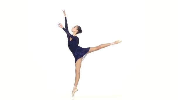 junge Balletttänzerin isoliert auf weißem Hintergrund. Zeitlupe
