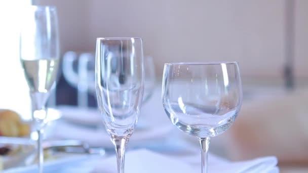 Tři sklenky na víno na stole