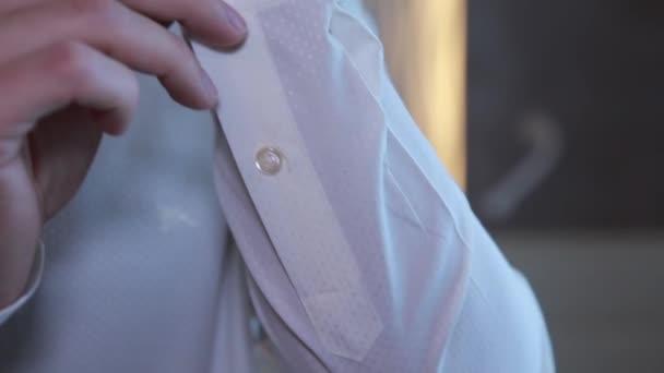 Detail na štolbové ruce v popředí je bottoning rukáv košile