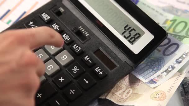 Obchodní muž práci s kalkulačkou v kanceláři