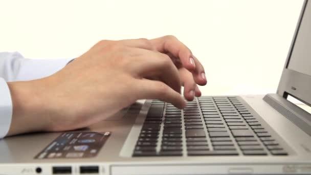 muž rukou na klávesnici notebooku