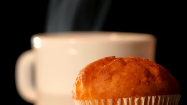 Hrnek s horkou kávou a horní části dortu na černém pozadí