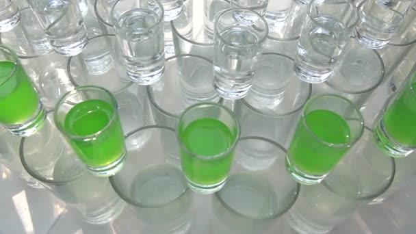 Viele Cocktails - Wein-Gläser mit verschiedenen alkoholischen Getränken
