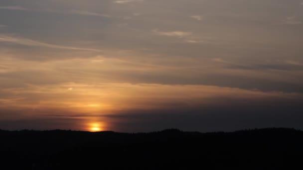 Majestátní slunce v krajině pohoří. Carpathia, Ukrajina. Timelapse