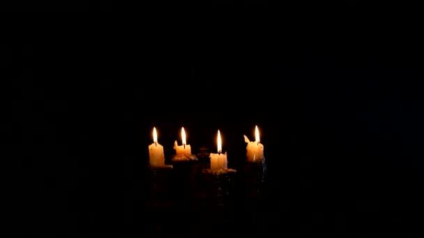 Mladé čarodějnice rány se svíčky na černém pozadí