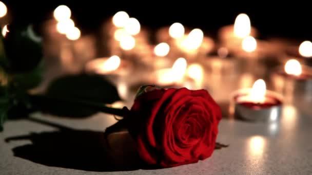 Romantickou atmosféru: uhasil svíce s růží