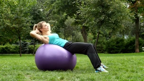 Sportovní mladé sportovní žena pomocí cvičení míč