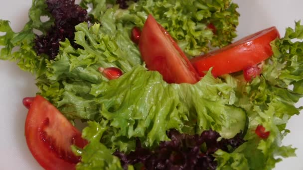 Salát listový vodopády v vegetariánský salát zblízka. Zpomalený pohyb.