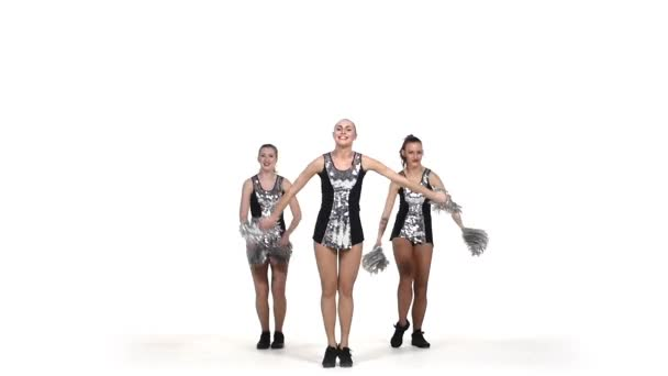 Dívka v černém kostýmu s pom-Poma tančící na bílém pozadí, pomalý pohyb