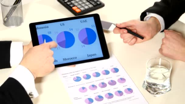 Obchodní schůzka: diskuse o grafech tablet, na takovém důležitějším dokumentu, uzavřít, vytvořit obchodní projekt a analyzovat informace o údajích o trhu