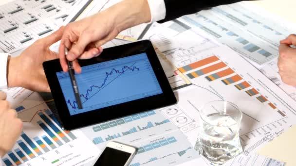 Obchodní schůzka: diskuse o grafech tablet, o takovém důležitějším dokumentu, vývoji obchodního projektu a analýze informací o údajích o trhu
