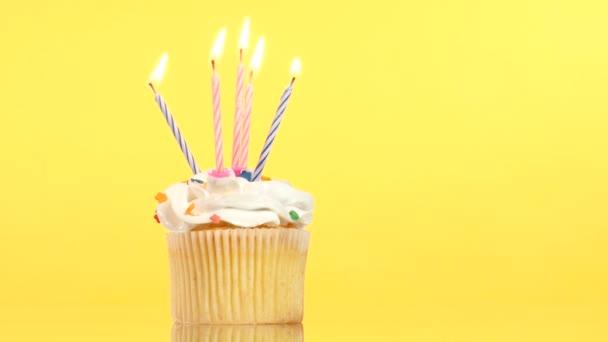 chutné narozeninové košíček s pěti svíčkou, na žlutém podkladu