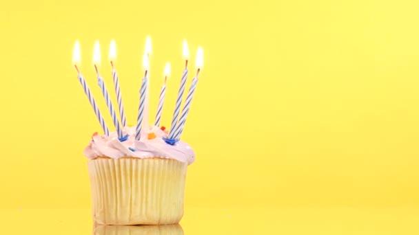 finom születésnapi cupcake kilenc gyertya, sárga háttér