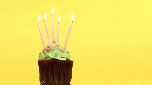 leckere Geburtstagstorte mit fünf Kerzen, auf gelbem Hintergrund