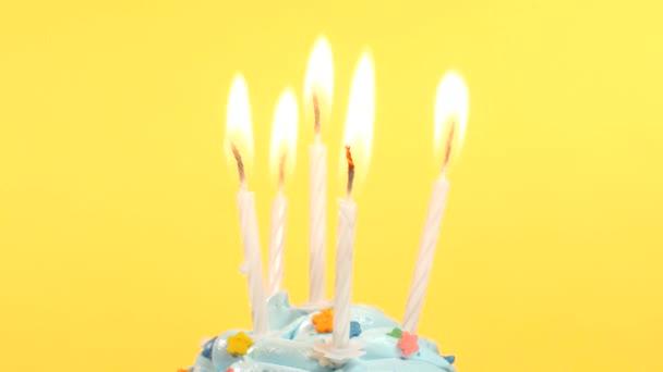 finom születésnapi cupcake-öt gyertya, sárga háttér