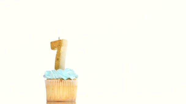 Bigné di compleanno con candela numero sette.