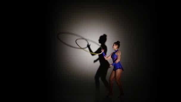 nő, ritmikus gimnasztika hula hoop, lassú mozgás gyakorlása