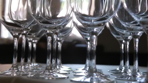 Spousta prázdných sklenic vína. Zblízka. Dolly zastřelil