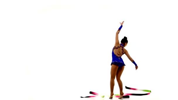Gymnastik-Stunt mit Schleife vom schönen Mädchen
