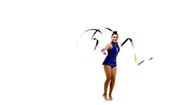 Junge Profiturnerin tanzt mit Schleife