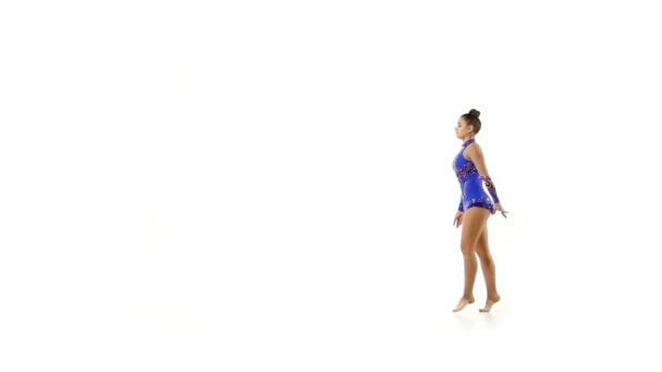 schöne junge Akrobatin macht Sprünge in Zeitlupe