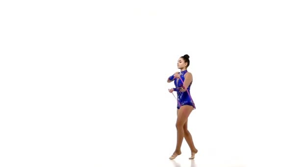 Krásné gymnastka skákání s lanem, zpomalené