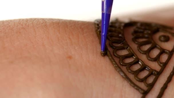 Zenske ruka je dekorován henna tetování, mehendi, na bílé, zblízka