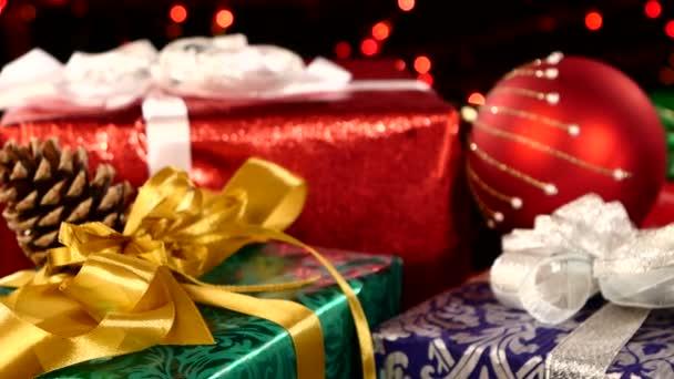 Vánoční dárky, dekorace hračky a strom šiška, vačky doprava, bokeh, věnec, na světlo, na černém