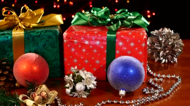 Weihnachtsgeschenke, Dekorationsspielzeug mit Tannenzapfen und Perlen, Nocke bewegt sich nach links, Bokeh, Girlande, Licht, auf schwarz