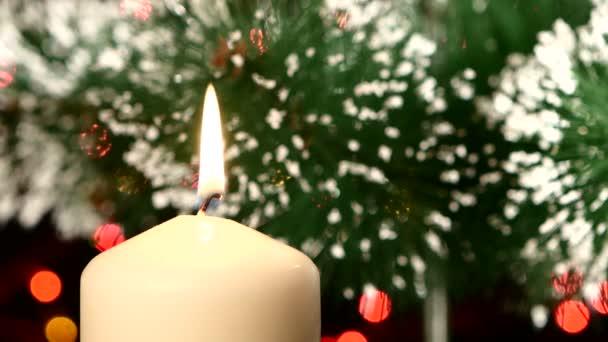 Parte superiore della candela bianca con decorazioni di Natale e lalbero sul nero, bokeh, luce, ghirlanda