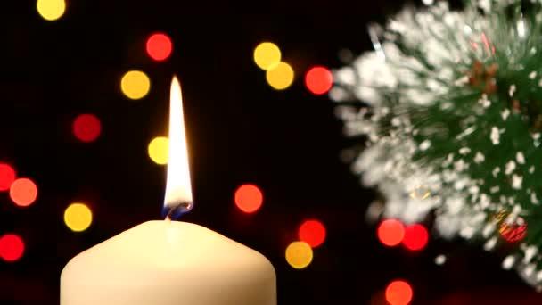 Parte superiore di un grandi candele bianche con decorazioni di Natale e lalbero sul nero, bokeh, luce, ghirlanda