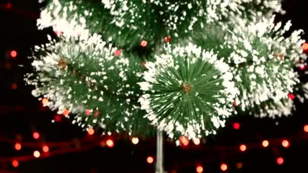 Parte superiore di un grandi candele bianche con lalbero di Natale sul nero, bokeh, luce, ghirlanda, camma sposta a sinistra