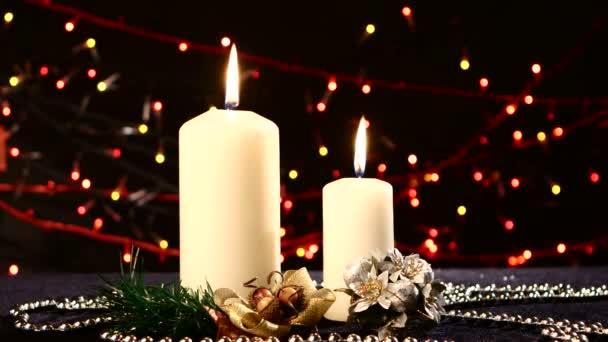 Decorare Candele Di Natale : Due grandi candele bianche con decorazioni di natale sul nero