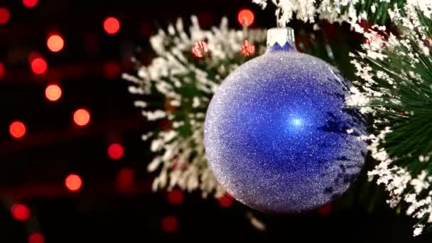Dekoration ein Spielzeug leuchtend blaue Kugel hängt am Weihnachtsbaum, Bokeh, Licht, schwarz, Girlande