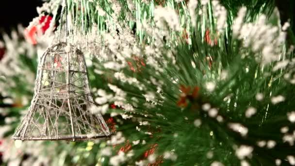 Dekorace - toy stříbrný zvonek na vánoční stromeček, bokeh, světlo, černá, věnec, cam přesune vlevo