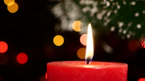 Zwei rote Kerzen mit Weihnachtsschmuck auf Bokeh, Licht, schwarz, Girlande, Cam bewegt nach rechts