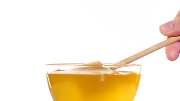 Ruční odběr medu z nádoby pomocí vařečka, Naběračka, šachta, na bílé, Zpomalený pohyb