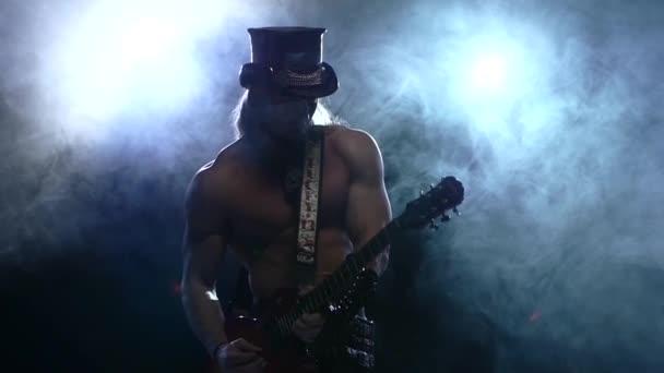 skalní pruh muž hrál basovou kytaru ve studiu
