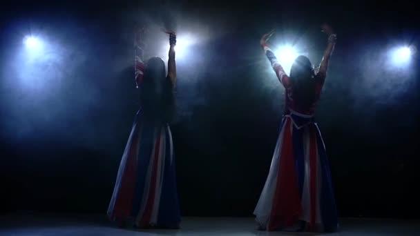 dvě mladé dívky striptýz tanečnice. Zpomalený pohyb, kouřové