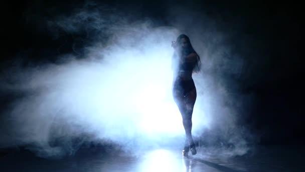 gyönyörű fiatal nő pózol. Lassú mozgás, füst