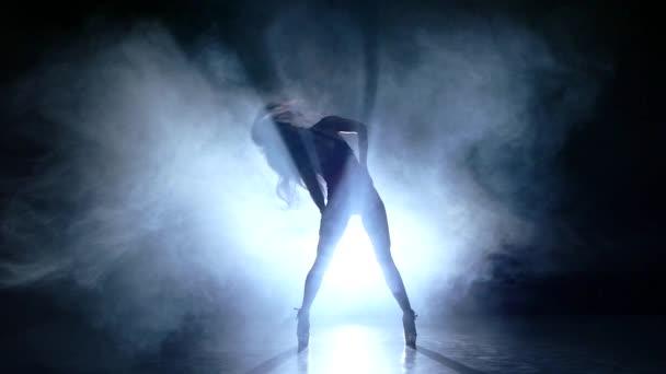 krásná striptérka pózuje na studio pozadí. Zpomalený pohyb. kouř